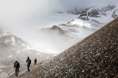 Trekker, der langsam an zum Thorungs-Ladurchlauf - der Höhepunkt geht Stockbild
