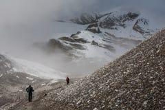 Trekker, der langsam an zum Thorungs-Ladurchlauf - der Höhepunkt geht Lizenzfreies Stockbild