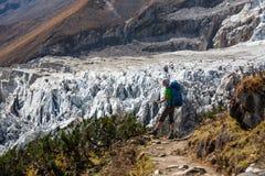 Trekker devant le glacier de Manaslu sur le voyage de circuit de Manaslu dans N image libre de droits