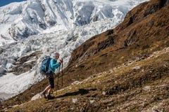 Trekker devant le glacier de Manaslu sur le voyage de circuit de Manaslu dans N image stock