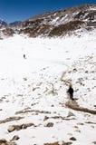 Trekker die neer van Kala Patthar lopen Stock Afbeeldingen