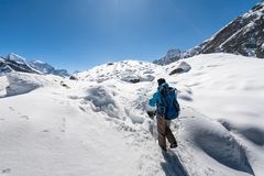 Trekker en vallée de Khumbu sur un chemin au camp de base d'Everest Photo stock