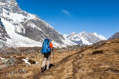 Trekker en vallée de Khumbu sur un chemin au camp de base d'Everest Image stock