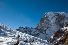 Trekker en vallée de Khumbu sur un chemin au camp de base d'Everest Images stock