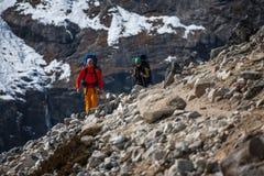 Trekker en vallée de Khumbu sur un chemin au camp de base d'Everest Photographie stock libre de droits