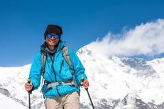 Trekker en vallée de Khumbu sur un chemin au camp de base d'Everest Photo libre de droits