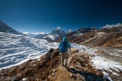 Trekker en vallée de Khumbu sur un chemin au camp de base d'Everest Photos stock