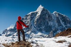 Trekker en vallée de Khumbu sur un chemin au camp de base d'Everest Photographie stock