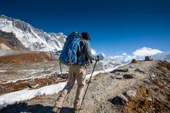 Trekker en vallée de Khumbu sur un chemin au camp de base d'Everest Photo stock
