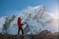 Trekker en vallée de Khumbu sur un chemin au camp de base d'Everest Image libre de droits