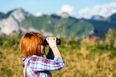 Trekker gebruikend verrekijkers stock foto's