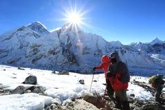 Trekker i raca nad nuptse szczytem beside Everest Zdjęcia Stock
