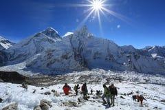 Trekker i raca nad nuptse szczytem beside Everest Obrazy Stock