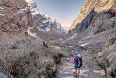 Trekker im Tal auf dem Weg zu niedrigem Lager Annapurna, Nepal lizenzfreie stockbilder