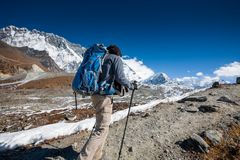 Trekker in Khumbu-Tal auf einer Weise zu niedrigem Lager Everest Stockbild