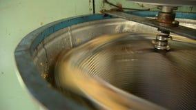 Trekker met elektrische aandrijving met honingskam stock videobeelden