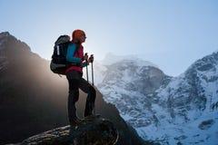 Trekker no vale de Khumbu em uma maneira ao acampamento base de Everest fotos de stock