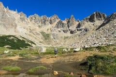 Trekker no walley da montanha Foto de Stock