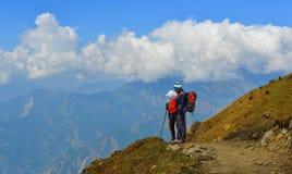 Trekker novo que olha a montanha da neve fotos de stock royalty free