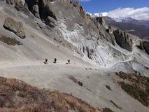Trekker que vai ao lago Tilicho, Nepal foto de stock