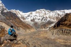 Trekker snowcapped de bergtop van Annapurna en zijn gletsjer die tijdens zonnige duidelijke dag met blauwe hemel, Himalayagebergt royalty-vrije stock foto