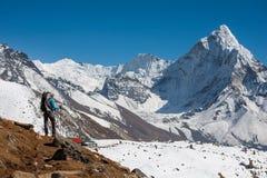 Trekker som att närma sig den Amadablam monteringen i den Khumbu dalen på en väg till Arkivbilder