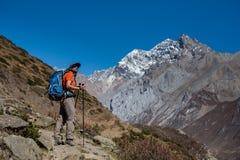 Trekker sul viaggio del circuito di Manaslu nel Nepal Immagini Stock