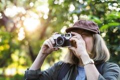 Trekker supérieur prenant une photo avec un appareil-photo de film Images libres de droits