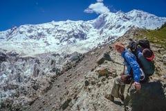 Trekker sur la roche image stock