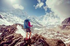 Trekker sur le chemin au camp de base d'Annapurna, Népal image libre de droits