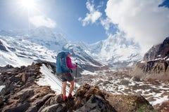 Trekker sur le chemin au camp de base d'Annapurna, Népal images stock