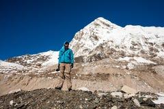 Trekker in valle di Khumbu su un modo al campo base di Everest Fotografie Stock Libere da Diritti