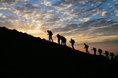 Trekkers και ανατολή στοκ εικόνες