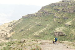 2 trekkers под пропуском Bwahit, горы Simien Стоковое фото RF