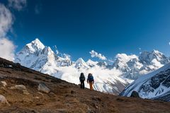 Trekkers approaching Amadablan mount in Khumbu valley on a way t. O Namche Bazar Stock Photo