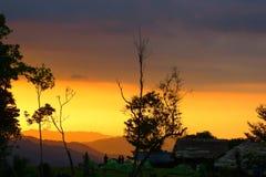 Trekkers de Kokoda que olham um por do sol surpreendente Imagem de Stock