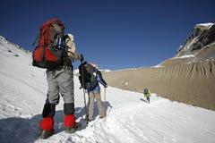 Trekkers después del camino de la montaña Imagen de archivo