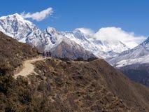 Trekkers, die auf die Spur zu niedrigem Lager Everest in Nepal gehen Stockfoto