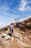Trekkers die bergop met blauwe hemel lopen Royalty-vrije Stock Fotografie
