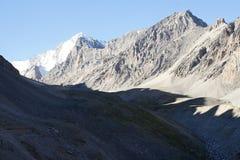 Trekkers en el valle de Aktash, Pamir-alay Fotos de archivo