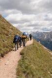 Trekkers en las dolomías Foto de archivo libre de regalías
