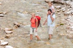 Trekkers - família no passeio em a montanha Foto de Stock