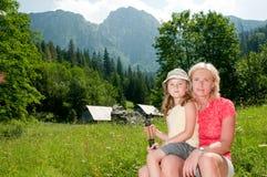 Trekkers - familie bij trek stock foto