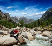 Hikers с картой Стоковые Фото