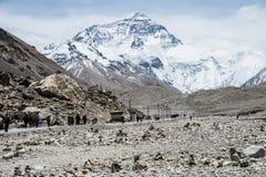Trekkers am Nordgesicht des Mount Everest-niedrigen Lagers lizenzfreies stockfoto