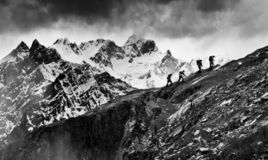 Trekkers på Himalaya royaltyfri bild