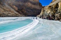 Trekkers que relaxam durante o passeio na montanha congelado do rio, o passeio na montanha de Chadar fotografia de stock
