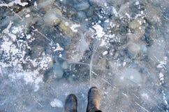 Trekkers que se colocan en el hielo muy duro y claro Fotos de archivo libres de regalías