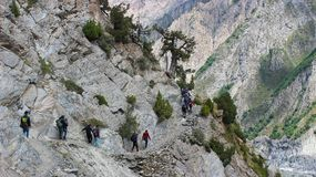 Trekkers som tillbaka trekking från den campa platsen i Pakistan Arkivbilder