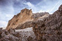 Trekkers sul percorso verso il passaggio di Fontananegra in mezzo ai massi giganti, dolomia fotografie stock